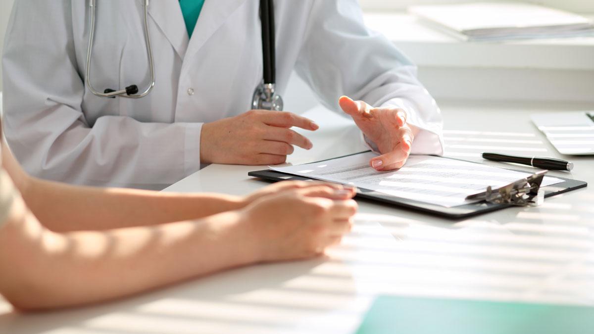 Beratungsgespräch zwischen Arzt und Patientin